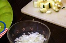 2.トッピング用の野菜を準備