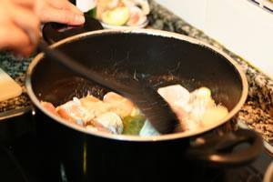 3.鶏肉の表面を焼く