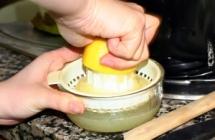 2.レモンを絞る